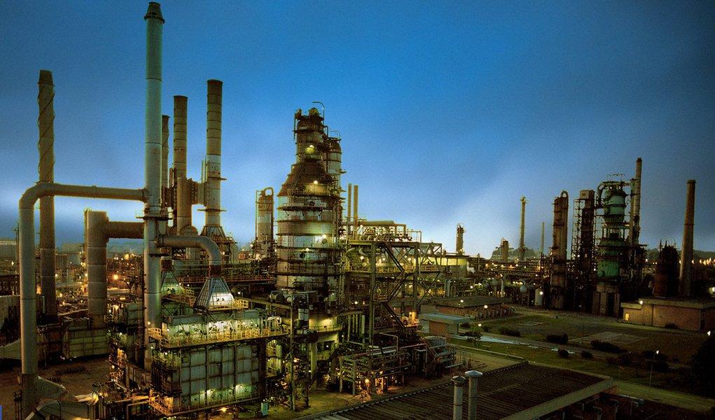 """Petrobras informou que a """"Unidade de Destilação da Refinaria Getúlio Vargas (Repar) encontra-se em processo de partida, respeitando os princípios de segurança, meio ambiente e saúde, que norteiam as ações da Petrobras""""; localizada na região metropolitana de Curitiba, a refinaria é responsável por cerca de 10% da produção nacional, principalmente de óleo diesel e de gasolina, e tem capacidade de processar cerca de 200 mil barris de petróleo por dia"""