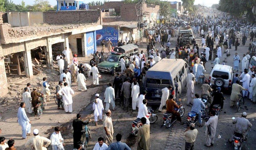 Segundo a polícia paquistanesa, homens armados tentaram auxiliar um amigo que comparecia a um tribunal de Islamabad. Em seguira abriram abriram fogo e dois deles detonaram os explosivos que carregavam em seus cinturões; o hospital para onde as vítimas foram transportadas declarou que metade dos feridos estavam em estado crítico