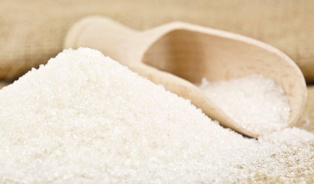 A partir de hoje, qualquer tipo de açúcar de cana não refinado deixará de pagar IPI. Decreto publicado no Diário Oficial da União zerou a alíquota do imposto sobre o açúcar amorfo, categoria que engloba açúcares do tipo cristal e mascavo
