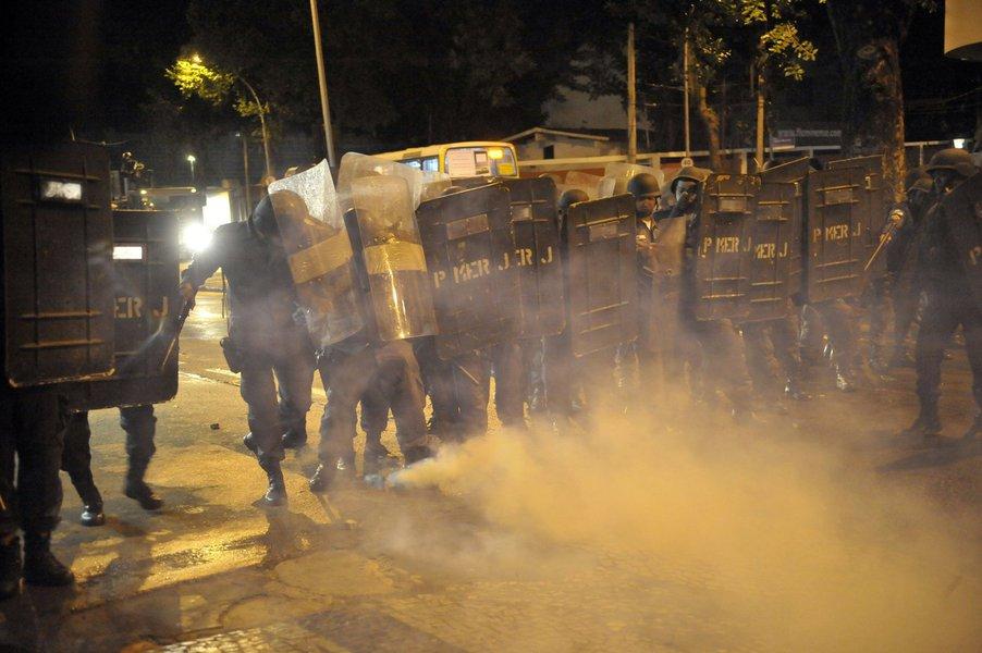 Por conta de mais uma noite marcada por conflitos entre policiais militares e manifestantes no Rio, o diretor do Departamento Geral de Polícia da Capital, delegado Ricardo Dominguez, compareceu à 9ªDP (Catete) para apurar o caso e tomar as devidas providências, se for necessário; 29 pessoas foram detidas, mas todas liberadas; quatro ficaram feridas; dois bancos e um ponto de ônibus foram depredados