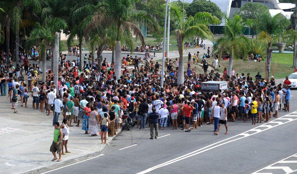 Invasores removidos do terreno da Oi, no Engenho Novo, na Zona Norte do Rio, protestam em frente à Prefeitura da cidade; os cerca de mil manifestantes chegaram a fechar todo o sentido Centro da Avenida Presidente Vargas, mas a via já foi liberada; apenas uma faixa da pista lateral segue fechada por um pequeno grupo