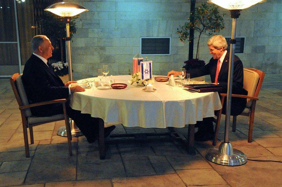 O secretário de Estado norte-americano, John Kerry, afirmou neste domingo que israelenses e palestinos estão avançando nos diálogos para chegarem à paz na região, embora haja grande ceticismo em relação a um acordo entre as partes; ele esteve em Israel e se encontrou com Benjamin Netanyahu