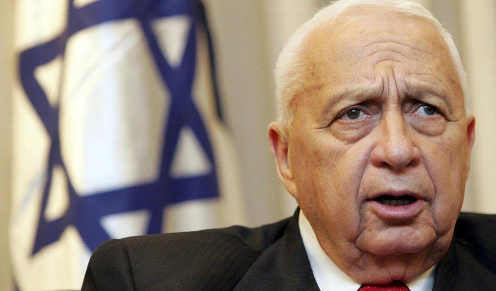 """A saúde do ex-primeiro-ministro israelense Ariel Sharon continua em estado crítico, depois de o seu quadro clínico ter piorado nas últimas 24 horas por causa de uma insuficiência renal; ele encontra-se """"entre a vida e a morte"""", indicaram fontes médicas em declarações citadas pela imprensa local"""