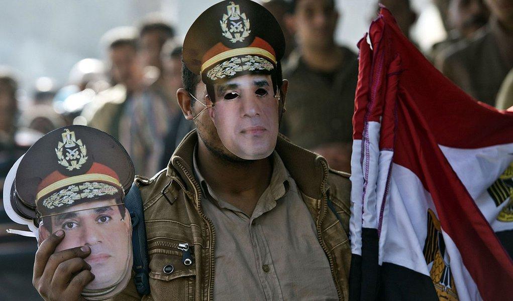 Segundo o jornal estatal Al Ahram, decisão foi tomada após uma reunião de gabinete com 15 minutos de duração; chefe do Exército, marechal de campo Abdel Fattah al-Sisi, que deve concorrer à Presidência, participou do encontro por ser o atual ministro da Defesa