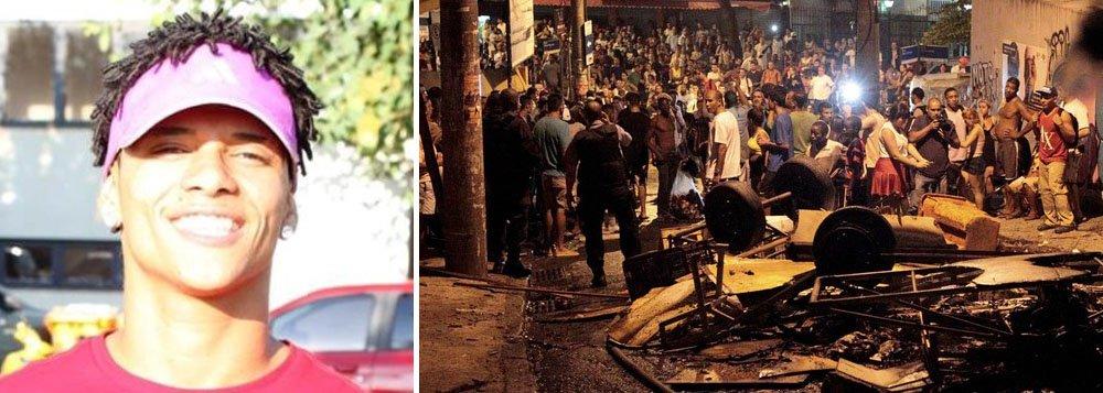"""Avenida Nossa Senhora de Copacabana e as ruas Barata Ribeiro e Pompeu Loureiro, em Copacabana, no Rio, ficaram interditadas na altura da comunidade do Pavão-Pavãozinho, devido a um protesto de moradores pela morte do dançarino Douglas Rafael da Silva Pereira, que trabalhava no programa """"Esquenta"""", da Globo; um homem de 30 anos morreu baleado na cabeça durante a manifestação; moradores atearam fogo a objetos, fazendo barricadas em alguns pontos das vias; amigos de dançarino acusam policiais de matá-lo"""