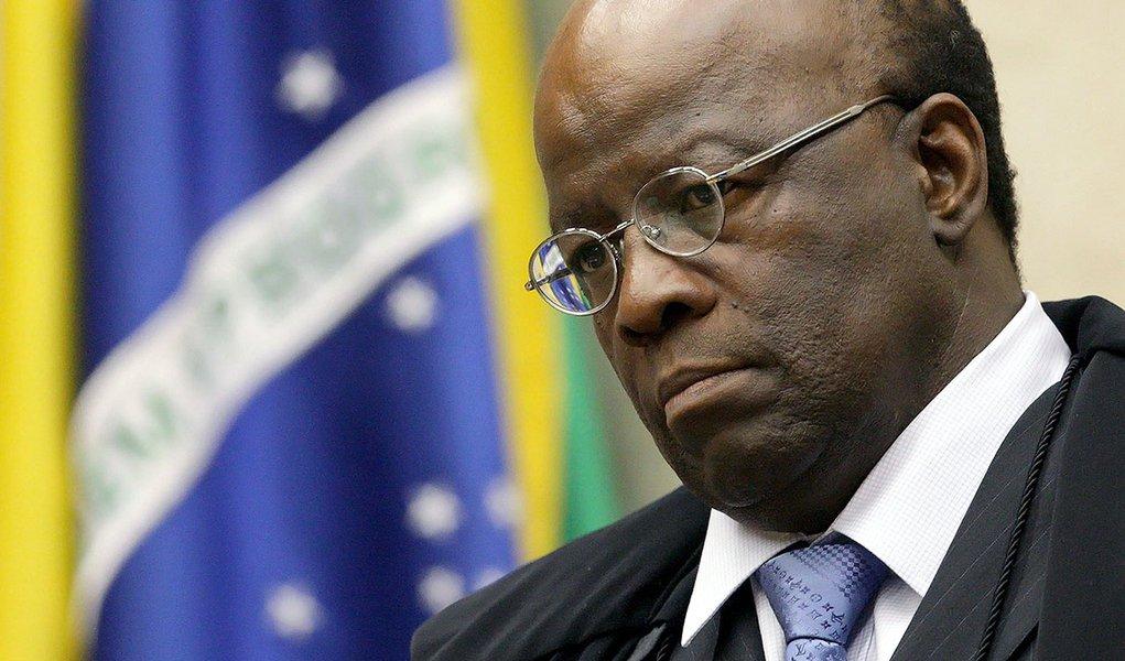 """TREs e TSE têm em sua composição quase um terço de advogados; """"Há coisa mais absurda que o advogado ter seu escritório durante o dia e a noite se transformar em ministro? Ele julga, às vezes, causas que têm interesses entrecortados"""", disse o presidente do Supremo Tribunal Federal (STF), Joaquim Barbosa, criticou nesta terça-feira, durante sessão do Conselho Nacional de Justiça (CNJ)"""