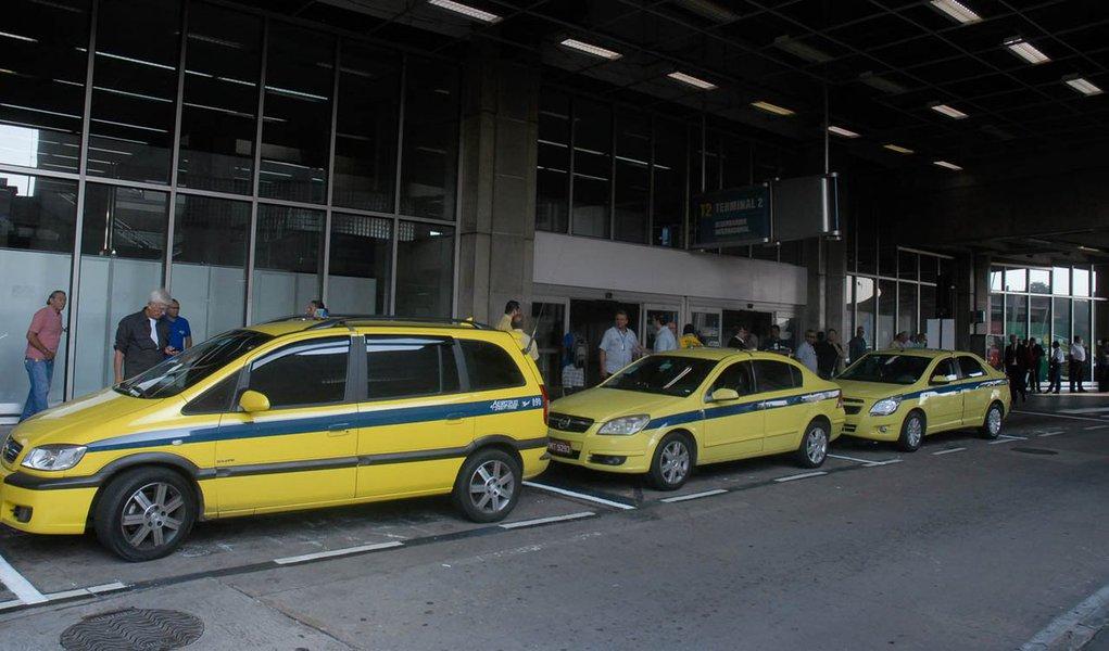 Com os novos valores, a tarifa dos táxis convencionais, os amarelinhos, que rodam no município do Rio de Janeiro, terão a bandeirada no valor de R$ 4,80 a partir do dia 2 de janeiro, informou a Prefeitura do Rio de Janeiro