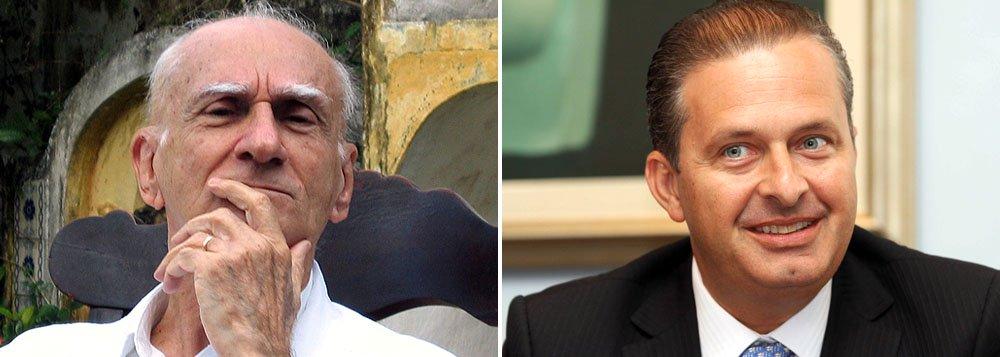 """Escritor Ariano Suassuna, historicamente ligado ao PT e ao ex-presidente Lula, reafirma seu apoio ao governador pernambucano Eduardo Campos. """"Considero Eduardo Campos o político mais brilhante que já conheci. Ele é de uma capacidade de articulação que você não pode imaginar, é paciente, é obstinado"""", afirma"""