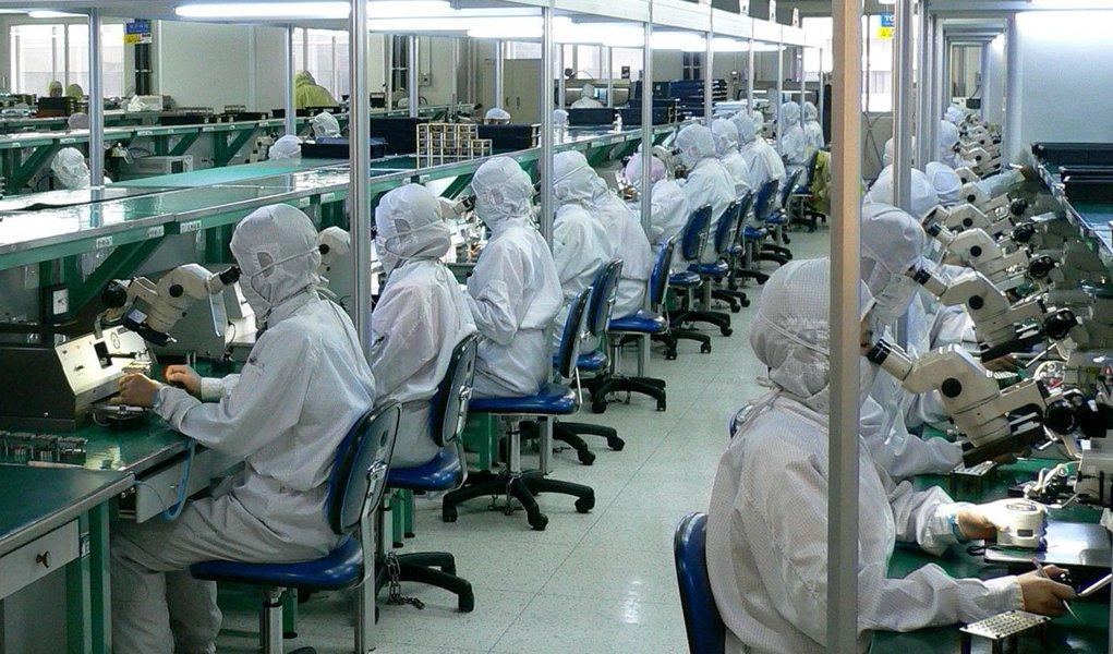 """Índice de Gerentes de Compras (PMI, na sigla em inglês) oficial caiu para 50,2 em fevereiro, nível mais baixo em 8 meses, mostrou uma pesquisa do governo; """"A julgar pela demanda de mercado e produção em algumas indústrias, nós esperamos que o crescimento econômico permaneça estável no futuro"""", disse Zhang Liqun, economista no Centro de Pesquisa de Desenvolvimento"""