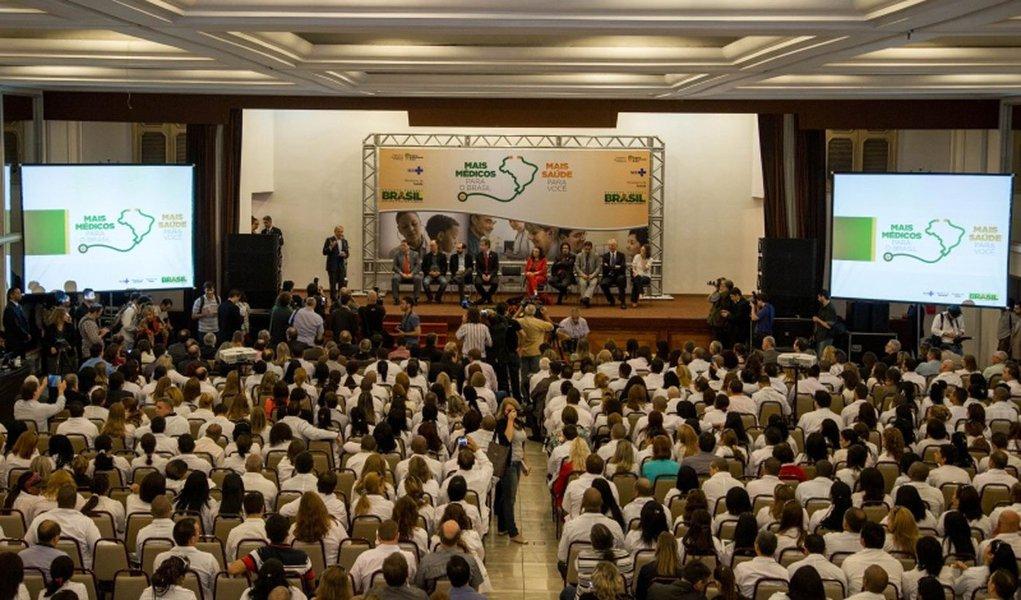 A partir da próxima semana, o Rio Grande do Sul contará com 422 novos profissionais cubanos que atuarão no atendimento em atenção básica de 200 municípios gaúchos; com a chegada desses profissionais, o estado passa a contar com 1.065 médicos oriundos do programa Mais Médicos; os números foram anunciados durante o encerramento da semana de acolhimento do 4º Ciclo do Programa Mais Médicos, em Porto Alegre