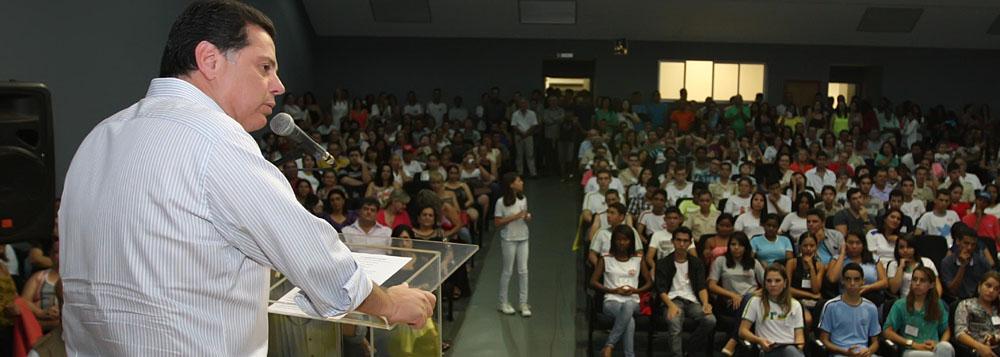 """Assunto: Entrega do Pr�mio """"Poupan�a Aluno"""". Local: Itumbiara. Na foto: Governador Marconi. Data: 10.12.13 Foto: Henrique Luiz"""