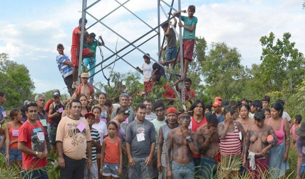 Os manifestantes decidiram suspender a ameaça de derrubar a torre de transmissão até conversarem com o governador em exercício Sandoval Cardoso (SDD), que se comprometeu a ir ao local neste sábado (1º) tentar achar uma alternativa para solucionar o impasse; eles reivindicama pavimentação asfáltica da rodovia TO-126, que liga os municípios de Tocantinópolis, Maurilândia e Itaguatins, extremo norte do Estado, mas a rodovia passa por dentro de uma reserva indígena e a autorização para as obras depende da Funai
