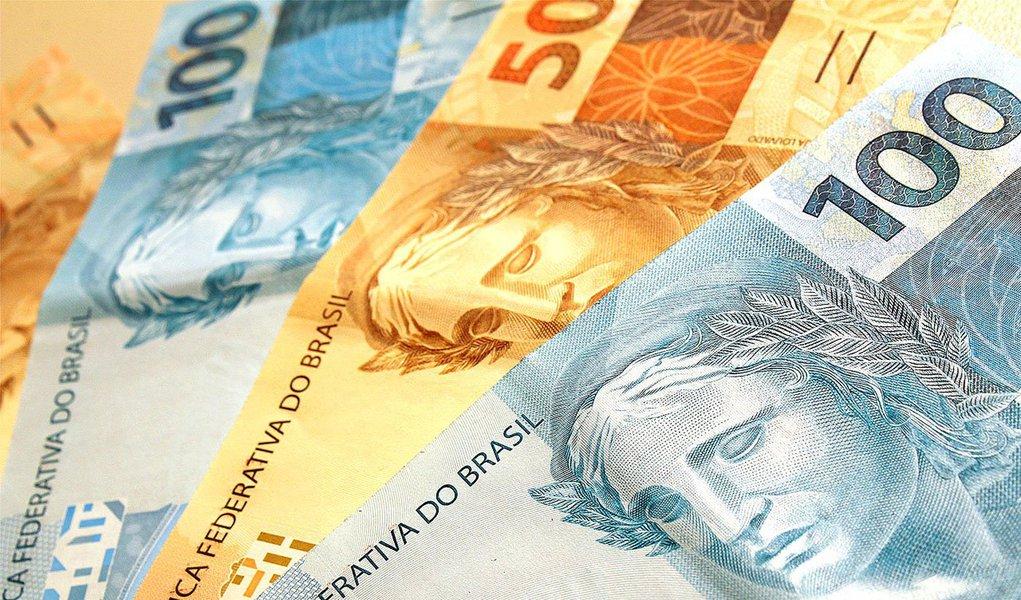 A Casa Civil, que confirmou a publicação ainda hoje, não informou sobre possíveis vetos presidenciais à Lei Orçamentária Anual (LOA) aprovada pelo Congresso no último dia 18; valor total do Orçamento para 2014 é R$ 2,488 trilhões; desse total, R$ 654,7 bilhões serão destinados ao refinanciamento da dívida pública; o restante, R$ 1,834 trilhão, está reservado para o orçamento fiscal, da seguridade social e para investimento das empresas estatais (R$ 105,6 bilhões)