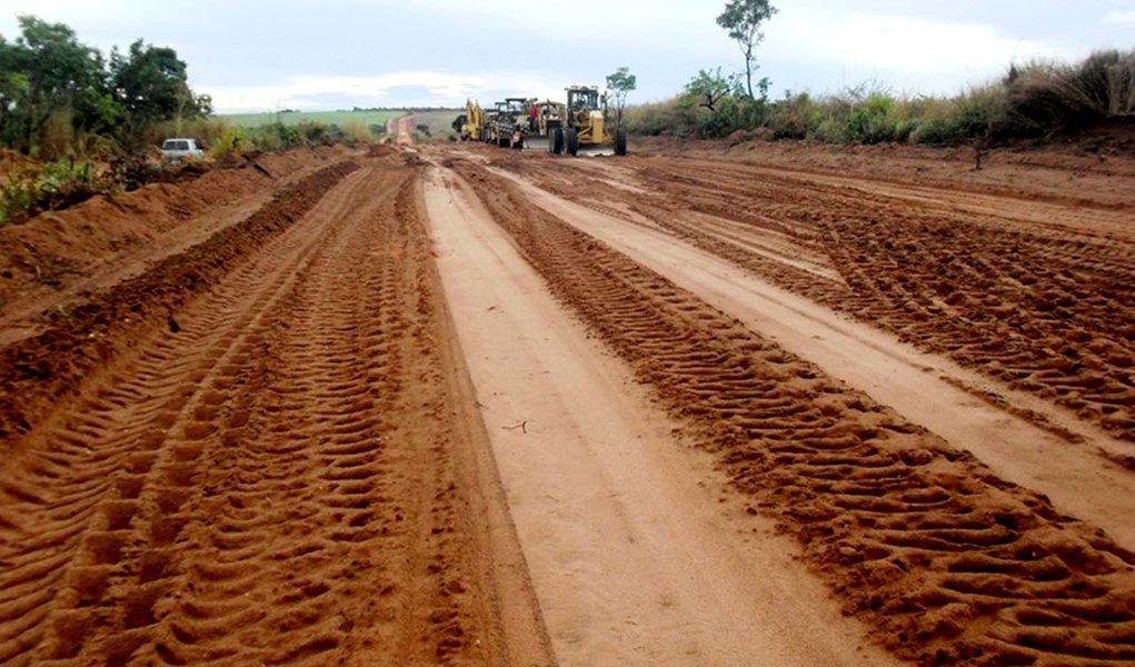 As máquinas da empresa vencedora da licitação já estão na rodovia executando os serviços de complementação de terraplenagem, pavimentação asfáltica e obras de artes especiais da TO-239, no trecho do entroncamento da BR-153 até a cidade de Tupiratins, com extensão de 44,68 Km; o investimento é de R$ 33 milhões, com recursos de financiamento do Banco do Brasil; segundo o governo do Estado, atualmente existe 11 trechos de rodovias estaduais com obras de pavimentação asfáltica; saiba quais são
