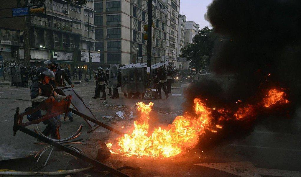 """Simpatizantes do governo socialista de Maduro, usando roupas vermelhas, realizaram uma """"marcha pela paz"""", enquanto os adversários, vestidos de branco, se reuniram para denunciar a alegada brutalidade das forças de segurança;polícia e os soldados usaram canhões de água e gás lacrimogêneo para bloquear manifestações de estudantes que atiravam pedras e coquetéis molotov e exigiam a liberação do acesso para se dirigirem à Ouvidoria do Estado"""