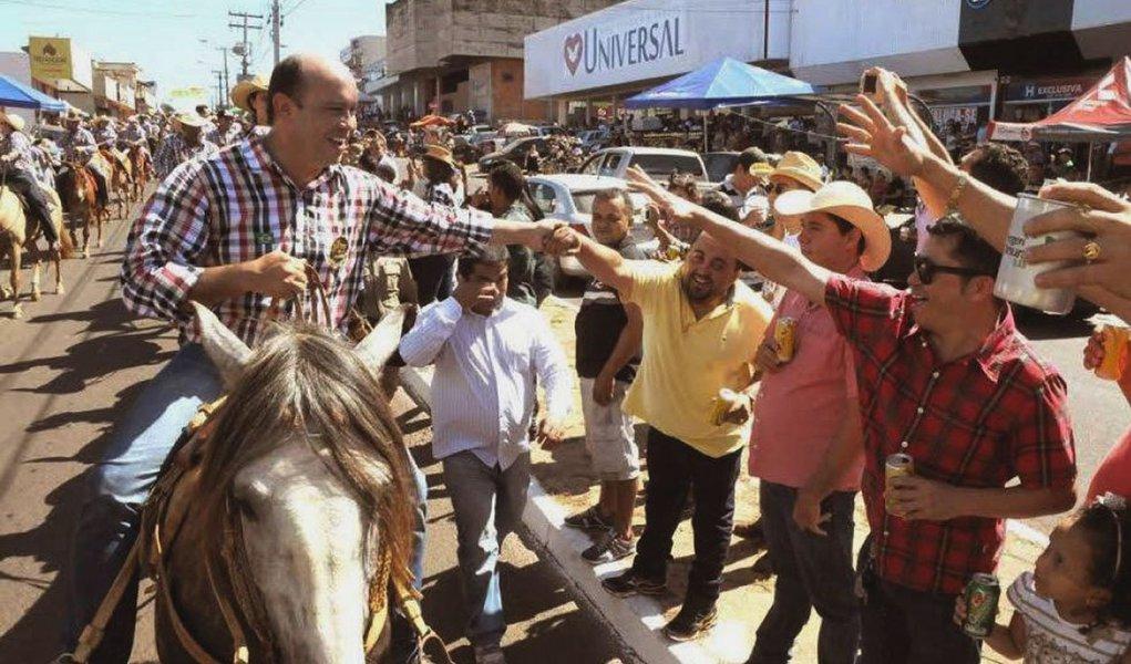 """Cerca de cinco mil cavaleiros e amazonas participaram da cavalgada que percorreu quase seis quilômetros;""""Nós temos que valorizar nossas manifestações populares. O povo de Araguaína está de parabéns, o Sindicato Rural também, pela realização desta grande festa e nós não poderíamos deixar de participar e comemorar essa alegria junto com todos"""", disse o governador Sandoval Cardoso"""