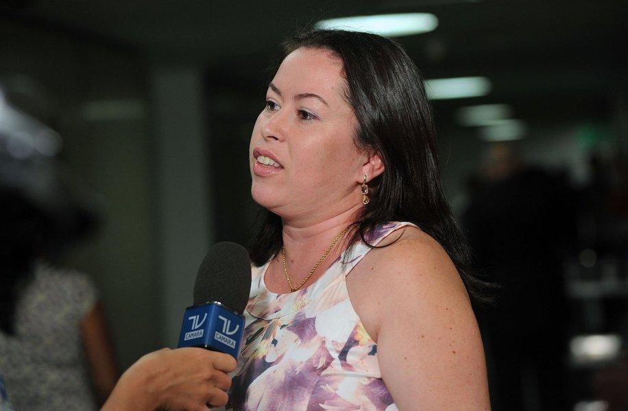 """Fabiana Tronenko, recebida pelaComissão de Relações Exteriores da Câmara,acredita que o Brasil deveria se posicionar mais firmemente sobre o assunto: """"Nós necessitamos dos nossos países amigos; precisamos de um posicionamento do Brasil, não da sua interferência. Nenhum país está livre de sofrer essas mesmas infrações que a Ucrânia está sofrendo hoje em relação à sua soberania"""""""