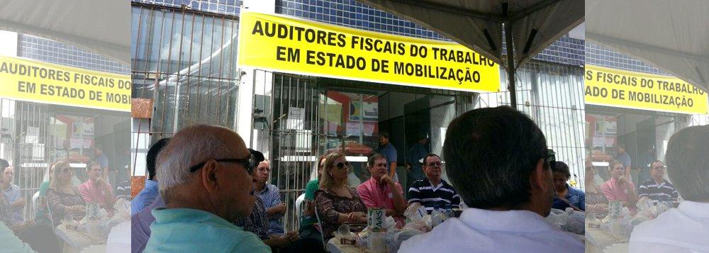 Os auditores fiscais do trabalho em Alagoas reduziram o atendimento para reivindicar melhores condições de trabalho; eles reclamam da falta de estrutura no prédio; caso não haja negociação com o governo, no próximo dia 10 de junho a categoria vai aderir a uma paralisação de 24 horas