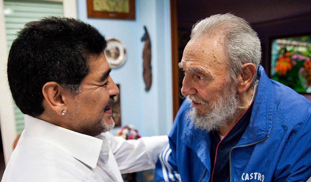 """""""Admiro sua conduta por várias razões, tive o privilégio de lhe conhecer quando triunfaram as ideias mais justas de nossos povos e nenhum poder conseguiu esmagá-las"""", escreveu olíder cubano Fidel Castro em carta à estrela dofutebol argentino Diego Maradona; elediz ainda que não esquecerá nunca a amizade e o apoio que sempre ofereceu """"ao líder bolivariano Hugo Chávez, promotor do esporte e da revolução da América Latina e dos povos subjugados do mundo"""""""