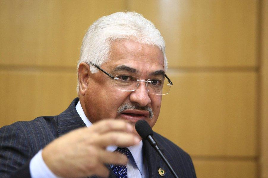 Deputado estadual do PMDB afirma que o vereador Robson Viana não deveria trazer a público suas insatisfações, mas reclama da falta de diálogo dentro do partido do qual ambos fazem parte e que é liderado pelo governador em exercício Jackson Barreto