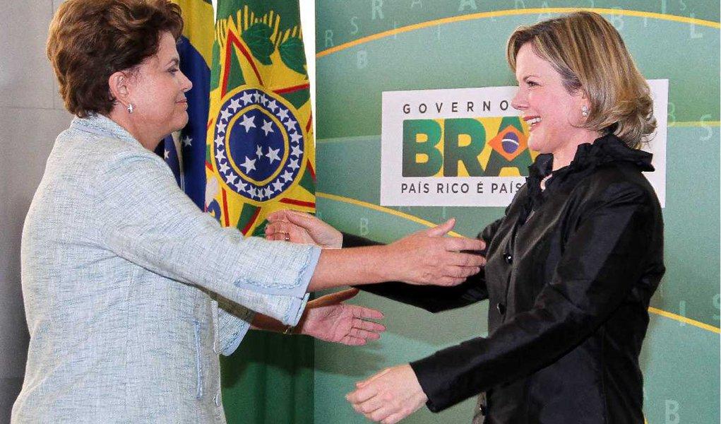 Ministra-chefe da Casa Civil disse que, para evitar que a decisão da provável candidatura ao Estado do Paraná coincida com o exercício do cargo, solicitou à presidente Dilma Rousseff afastamento e está aguardando resposta; ela deve tirar férias entre 13 e 23 de janeiro