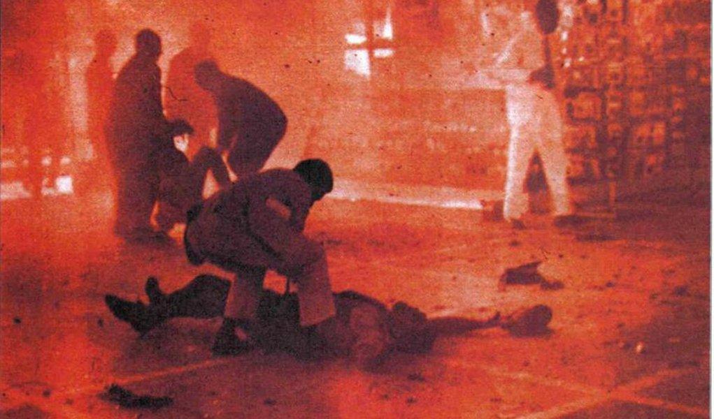 Membros da Comissão Estadual da Memória e Verdade Dom Helder Câmara (CEMVDHC) deverão apresentar documentos que refutam a hipótese de que os autores do atentado a bomba no Aeroporto dos Guararapes (PE), em julho de 1966, sejam o professor Edinaldo Miranda e o ex-deputado federal Ricardo Zarattini; também deve ser reconhecida a morte do estudante Odijas Carvalho de Souza em decorrência de torturas sofridas no cárcere; o atentado no Aeroporto dos Guararapes foi um dos atos que deram início a luta armada no Brasil e tinha como alvo principal o general Arthur da Costa e Silva