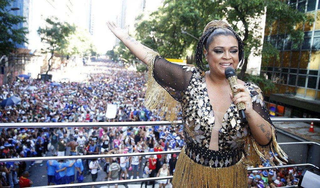 Com público estimado em cerca de 300 mil, o bloco da cantora Preta Gil, puxado por dois trios elétricos, se apresentou pelo quinto ano consecutivo no carnaval de rua do Rio; brigas ocorreram na altura da Rua Buenos Aires, local da concentração