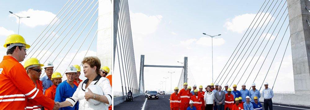 """Na cerimônia que inaugurou a BR-448, nesta sexta-feira 20, em Canoas, presidente anunciou outros investimentos nas rodovias que cortam o Rio Grande do Sul, como melhorias na BR-116, entre Porto Alegre e Novo Hamburgo, a segunda ponte sobre o Rio Guaíba e a assinatura da ordem de serviço para duplicação de 57,5 km da BR-290, a principal rodovia transversal do estado;""""Falo de todas essas obras para evidenciar o compromisso do governo com a mobilidade na região metropolitana de Porto Alegre"""", discursou Dilma Rousseff"""