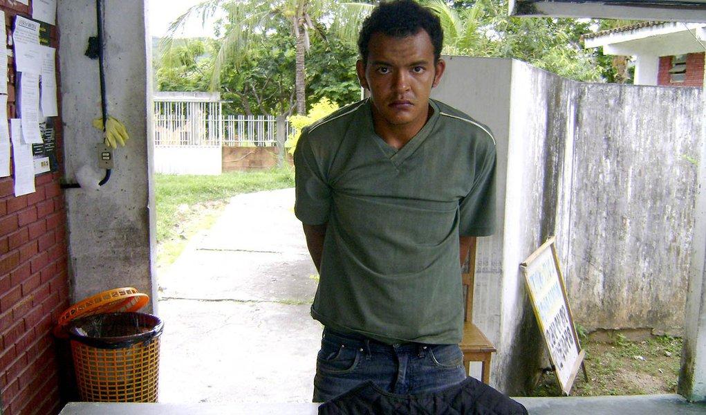 Diógenes Araújo Cardoso, 26 anos, é acusado de ter matado a golpes de machado o aposentado Antônio Pedro da Silva, 62 anos; de acordo com informações da PM, o homicídio ocorreu na noite desse domingo, 16, na fazenda Coitê, município de Arraias, região Sudeste do Tocantins; após o crime o autor fugiu; na tentativa de prendê-lo, os policiais realizaram diligências durante toda a noite de domingo, sendo estendidas as buscas até esta manhã de segunda-feira, quando foi possível localiza-lo e efetuar sua prisão