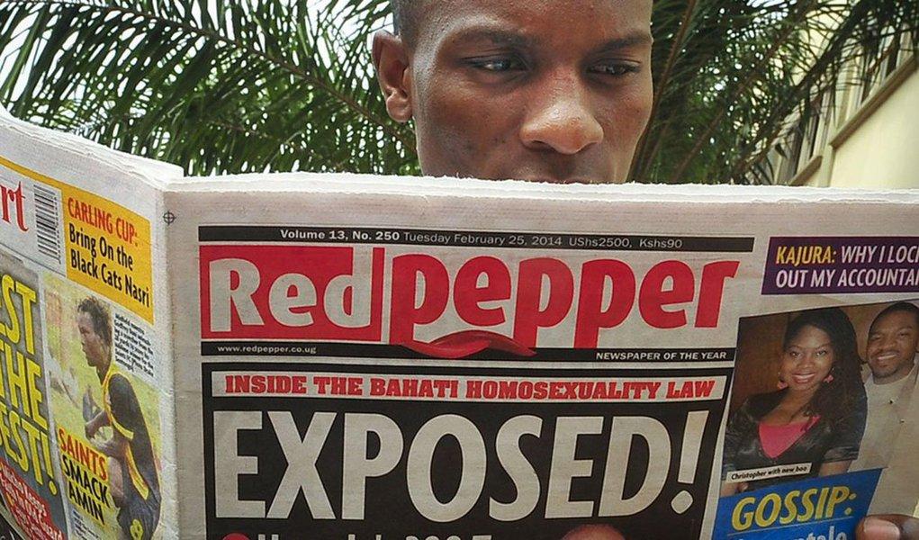 """Tabloíde Red Pepper publicou nome dos """"200 principais homossexuais do país"""", um dia depois que o presidente Yoweri Museveni sancionou uma severa lei contra relações do mesmo sexo; classificação incluiativistas gays como Pepe Julian Onziema, um popular astro de hip hop ugandense e um padre da Igreja Católica"""