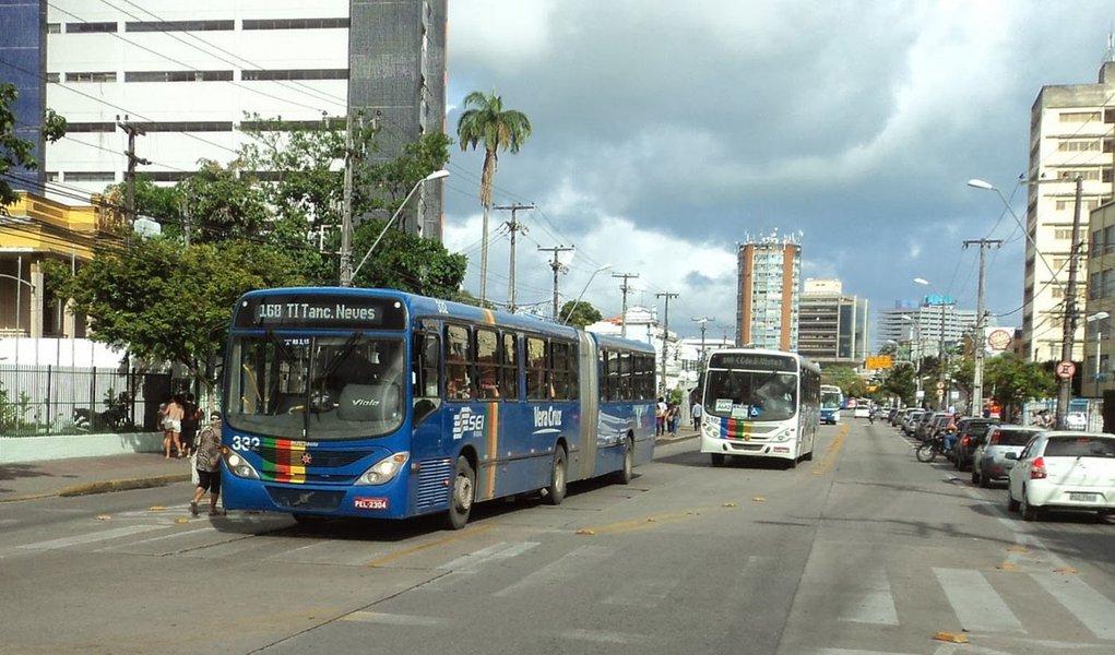 Uma falha durante a instalação de uma chapa de vidro na estação do Bus Rapid Transport (BRT) da Avenida Conde da Boa Vista, no Centro do Recife, causou a morte do motociclista Marcelo Lúcio Marcelino da Silva, de 42 anos, que passava no local; os operários que estavam colocando o vidro, que media 2,5 metros de comprimento, tentaram fugir após o ocorrido, mas acabaram detidos logo depois; o Serviço de Atendimento Móvel de Urgência (SAMU) foi chamado por testemunhas, mas Marcelo não resistiu aos ferimentos e morreu no local antes da chegada dos paramédicos