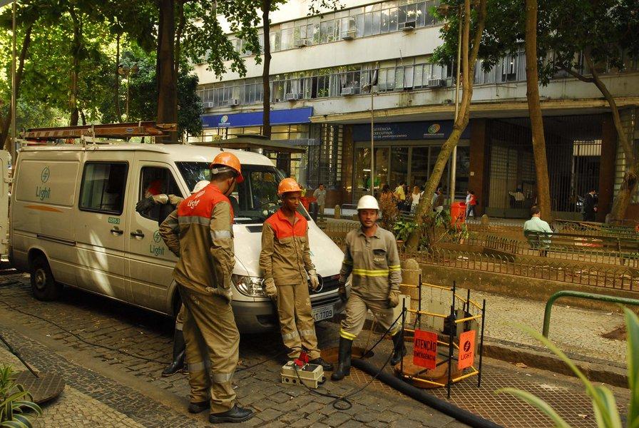 Em nota distribuída, a companhia informou ter registrado o deslocamento de três tampas de bueiros que pertencem à sua rede e de uma tampa de outra concessionária, na zona norte do Rio de Janeiro; ainda não há informações sobre feridos