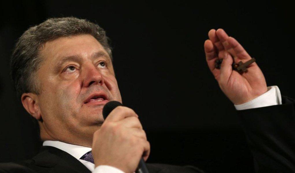 """O novo presidente da Ucrânia, Petró Poroshenko, que tomou posse neste sábado, 7, garantiu que espera firmar um acordo de associação com a União Europeia (UE) antes ainda neste mês;""""Vemos [o acordo] como um primeiro passo para a entrada de pleno direito da Ucrânia na União Europeia"""", comentou Poroshenko; o acordo de associação com a UE foi rejeitado em fevereiro, detonando protestos que culminaram com a queda do ex-presidente Víktor Yanukóvich; o presidente russo, Vladímir Putin, voltou a advertir na sexta-feira, 6, na Normandia, que no caso de uma associação entre a Ucrânia e a UE, a Rússia vai adotar medidas comerciais protecionistas"""