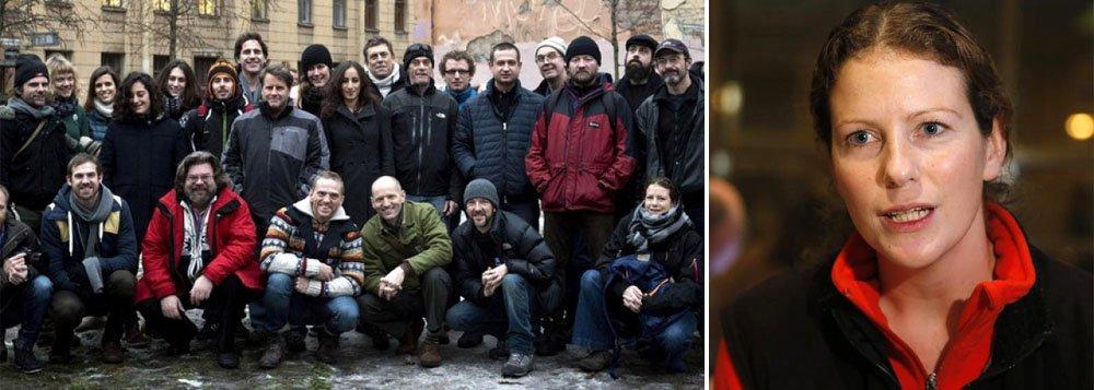 O tratamento dado pela Rússia ao grupo, que passou dois meses na prisão sob acusações vandalismo puníveis com até sete anos de prisão, gerou críticas pesadas de nações ocidentais e celebridades; eles foram detidos em um protesto contra a perfuração de petróleo do Ártico