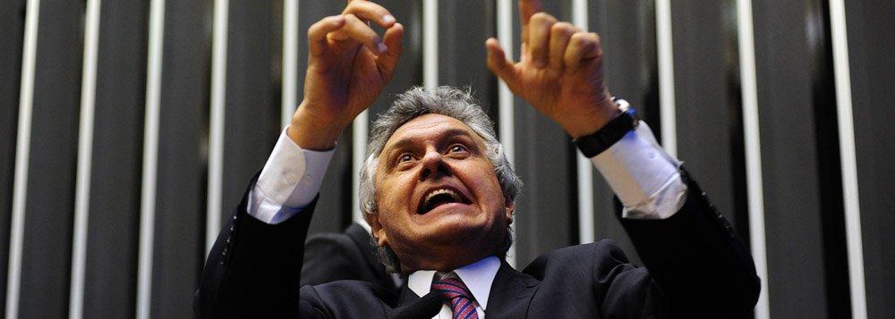 """Líder do DEM na Câmara dos Deputados desiste da postulação presidencial e deve lançar chapa puro-sangue em Goiás; o democrata não descarta, porém, formar chapa com o tucano Marconi Perillo; """"Não fecho portas"""", diz; à Presidência, Caiado seguirá orientação do DEM e cerrar fileiras com Aécio Neves: """"Depois que a Marina foi para o PSB, não dá mais para apoiar o Eduardo Campos"""""""