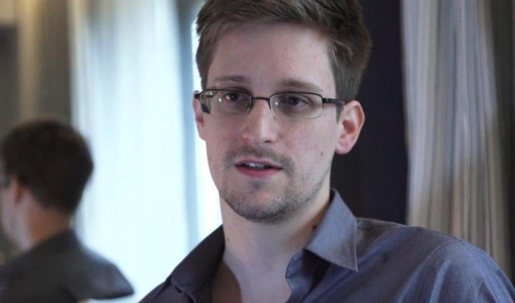 """""""Me dou completamente o direito de não me manifestar sobre o que não foi encaminhado"""", disse a presidente Dilma Rouseff, sobre o pedido de asilo feito ao Brasil pelo norte-americano Edward Snowden; """"E mais do que isso, eu não interpreto cartas, não é minha missão"""", ressaltou"""