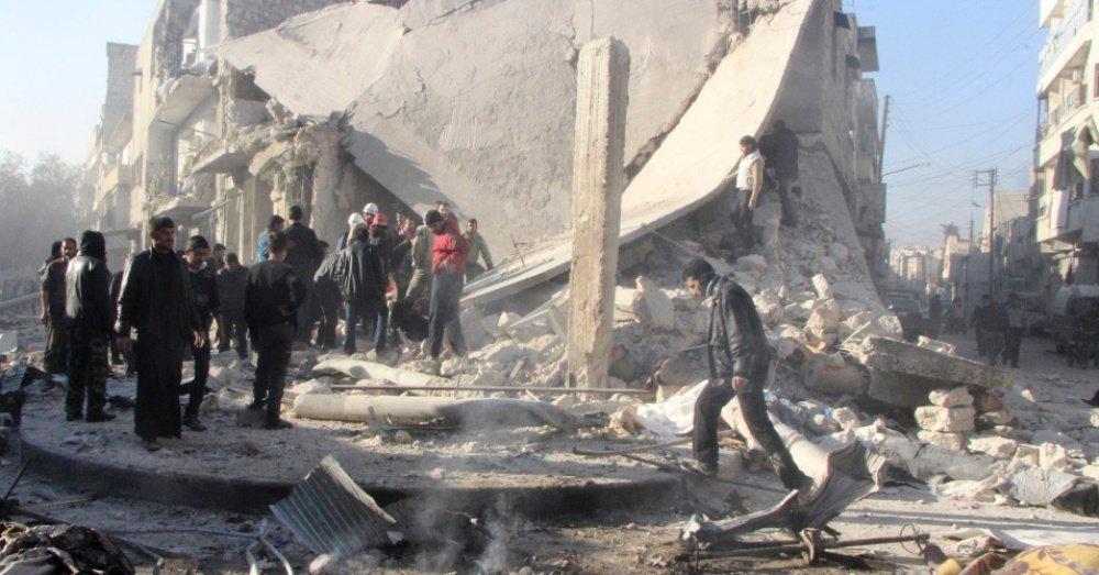 """Pelo menos 517 pessoas, incluindo 151 crianças, foram mortas em ataques aéreos do Exército sírio contra rebeldes na província de Aleppo desde 15 de dezembro; 46 combatentes – 34 rebeldes e 12 extremistas da organização do Estado Islâmico no Iraque e no Levante (Eiil) – e 46 mulheres estão também entre as vítimas mortas nos ataques aéreos diários do Exército sírio, que lança """"barris explosivos"""" há duas semanas sobre a capital e a província do Norte"""