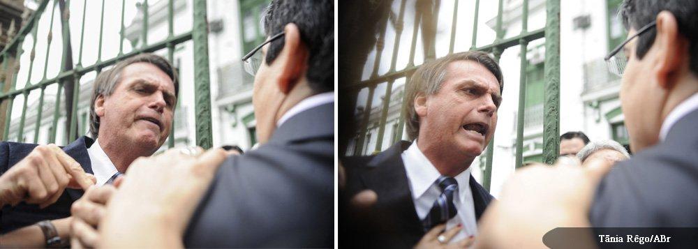 """Deputado ex-militar usou o braço direito para dar um soco no senador Randolfe Rodrigues (PSoL-AP), na altura da cintura; Jair Bolsonaro apareceu de surpresa no quartel do 1º Batalhão de Polícia do Exército, no Rio, nesta segunda-feira 23, para tumultuar visita da Comissão da Verdade; """"Foi um toquezinho"""", disse ele sobre o soco que pode lhe custar o mandato; """"Fui claramente agredido"""", adiantou o senador; partido dele anunciou entrada com representação no Conselho de Ética por quebra de decoro e agressão a um senador; aceitação vai significar início do processo de cassação do parlamentar que não se acostuma á democracia"""