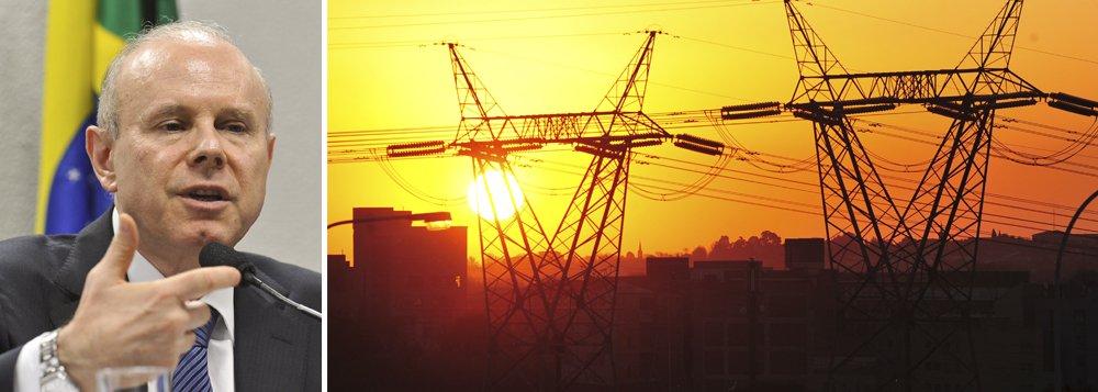 Ministro da Fazenda, Guido Mantega, anunciou série de medidas em prol do setor elétrico nesta quinta-feira; a principal é o aporte de R$ 4 bilhõesna Conta de Desenvolvimento Energético (CDE), além dos R$ 9 bilhões já aportados; custo será compensado com aumento de impostos; medidas são uma forma de o governo dividir ônus do setor entre consumidores; governo afirmou, porém, que não haverá aumento de tarifa em 2014