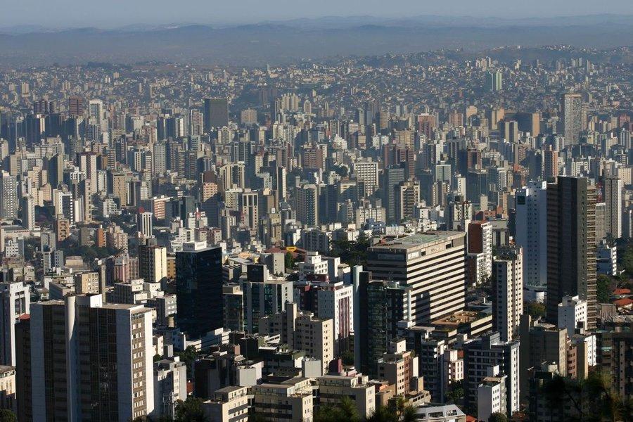 A Prefeitura de Belo Horizonte inicia a entrega das 740 mil guias do IPTU de 2014 com reajuste de 5,85%. O aumento se deve às estimativas de custos e investimentos. Pagamento de duas ou mais parcelas do tributo até 20 de janeiro terá desconto. Aumento na taxa de coleta de lixo chama a atenção. Expectativa é arrecadar R$ 112 milhões