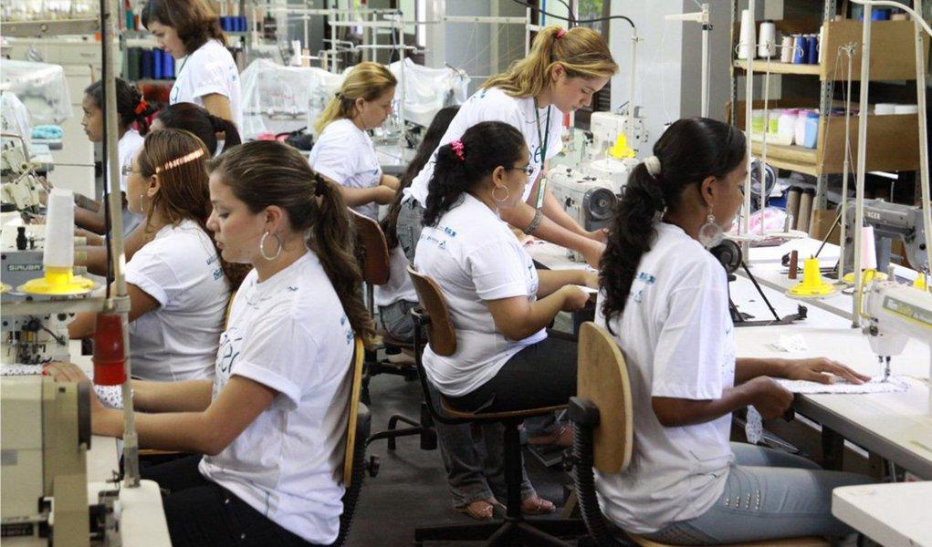 É o que indica, pela primeira vez, um estudo da OIT (Organização Internacional do Trabalho) abrangendo países da América Latina e do Caribe, referente a 2013; apesar da melhora,números apontam que o desemprego de mulheres ainda é 35% maior do que o dos homens