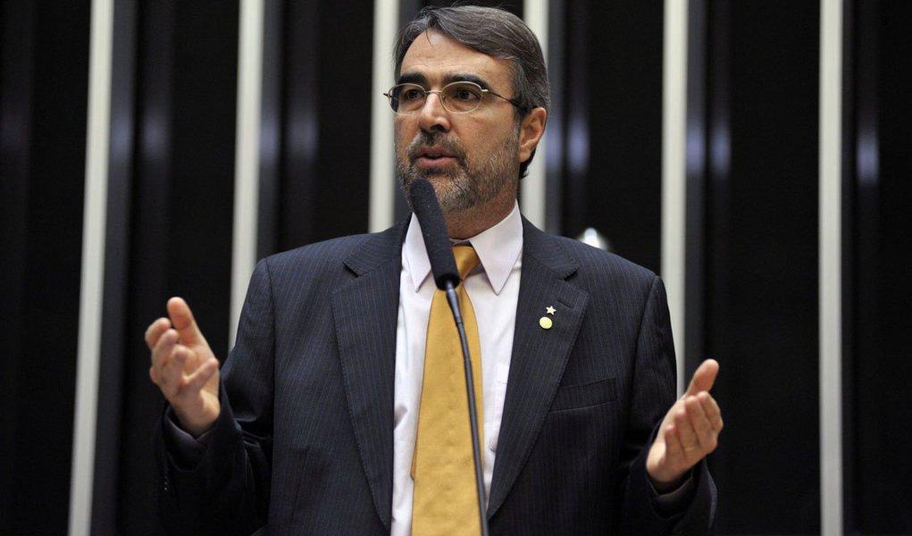 O deputado Henrique Fontana (PT-RS) foi efetivado pela presidenta Dilma Rousseff como líder do governo na Câmara dos Deputados; ele era o primeiro vice-líder e vinha exercendo a liderança há um mês, quando o deputado Arlindo Chinaglia (PT-SP) foi eleito para o cargo de primeiro-vice-presidente da Câmara, em substituição ao deputado André Vargas (sem partido-PR); Chinaglia era o líder do governo