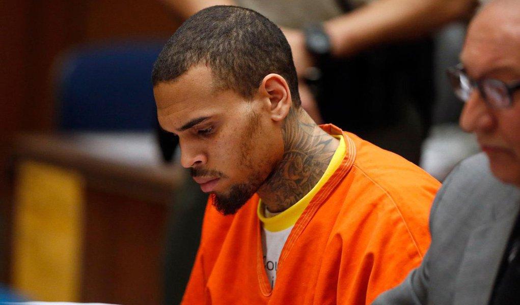 Brown, de 25 anos, estava preso desde 14 de março, cumprindo uma sentença de um ano por violar a condicional de sua pena pelo ataque à cantora pop Rihanna, em 2009; ele tambémdeve passar por terapia e testes aleatórios de drogas como parte de sua sentença