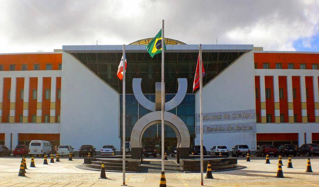 """Dados do Conselho Nacional de Justiça (CNJ) revelam que o Tribunal de Justiça da Bahia (TJ-BA) ainda não cumpre a Resolução 156, conhecida como resolução da Ficha Limpa do Judiciário; norma proíbe pessoas que foram condenadas por improbidade administrativa, crimes hediondos ou contra a administração pública de ocuparem cargos em comissão e funções comissionadas na Justiça; dados do CNJ apontam que 87% dos tribunais brasileiros cumpriram a resolução, que corresponde a 80 tribunais;contudo, assim como o fez sobre o rótulo de pior Tribunal de Justiça do Brasil, a presidência do Judiciário baiano rebateu o CNJ e disse que a informação é """"equivocada"""" e """"foi feita com dados ultrapassados"""""""