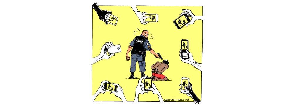 É a câmera, como ilustra a charge de Carlos Latuff; no fim de semana, o vídeo de um celular registrou policiais levando uma mulher baleada no porta-malas; ela caiu, foi arrastada pela viatura e chegou morta ao hospital
