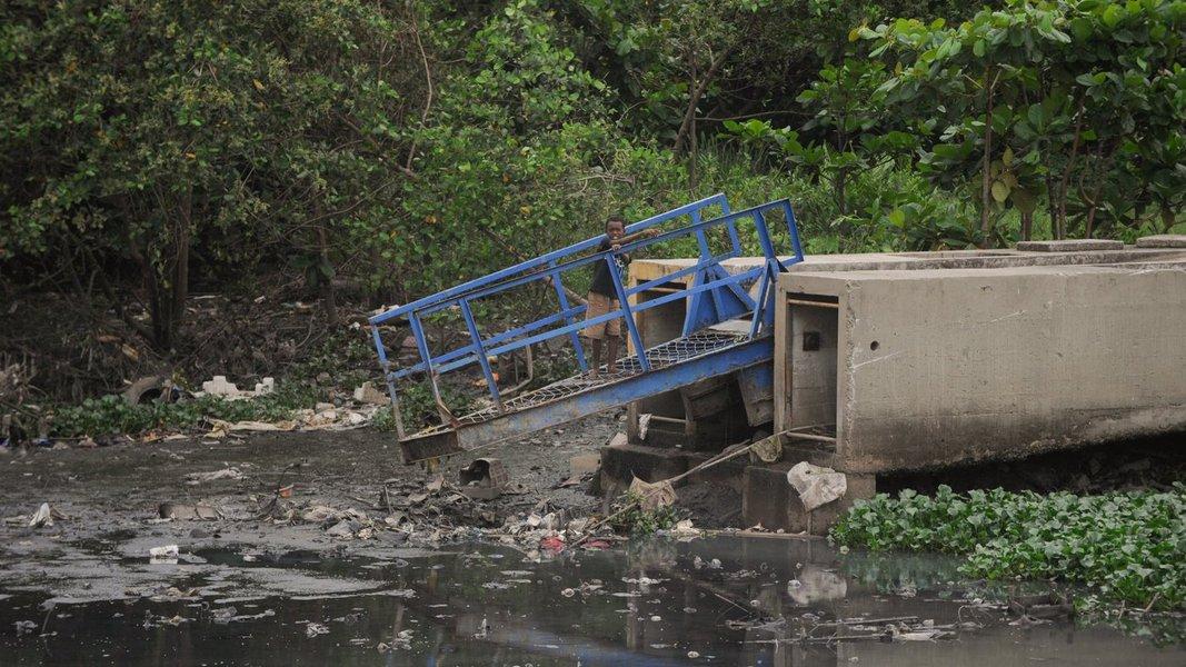 A quantidade de lixo retirada de 24 rios e canais da capital aumentou 6 mil de metros cúbicos (m3) em 2013, informa estudo da Secretaria Municipal do Meio Ambiente sobre o trabalho do Programa Guardiões dos Rios; o crescimento equivale a cerca de 45% de um ano para outro