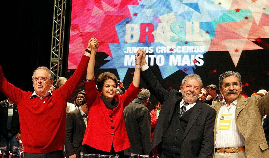 Estratégia de João Santana é colar a imagem do ex-presidente em Dilma Rousseff, aproveitando o potencial de transferência de votos do líder petista, estimado em 60% segundo pesquisa Datafolha divulgada na sexta-feira (6); sempre que possível, Lula e Dilma têm aparecido juntos em eventos púbicos, como no encontro regional do PT do Rio Grande do Sul; durante o evento, o petista comentou o desalento da população detectado pelo Datafolha, dizendo que o boicote da grande mídia faz com que a juventude não conheça sequer 30% das realizações do governo Dilma