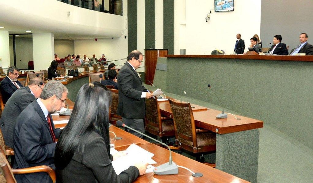 O presidente da Casa, deputado Sandoval Cardoso (SDD), adiantou que será votada em tempo hábil uma nova MP que vai fazer os ajustes necessários a fim de regulamentar alguns itens da MP 26, que estabelece novas taxas de valores pagas pelos usuários das atividades de cartórios de imóveis no Estado; votaram contra a matéria os deputados Eli Borges (Pros), Freire Júnior (PV), Sargento Aragão (Pros), Marcello Lelis (PV), Zé Roberto (PT), Luana Ribeiro (PR), Josi Nunes (PMDB) e José Augusto Pugliesi (PMDB); o bloco oposicionista sinalizou que vai recorrer na Justiça