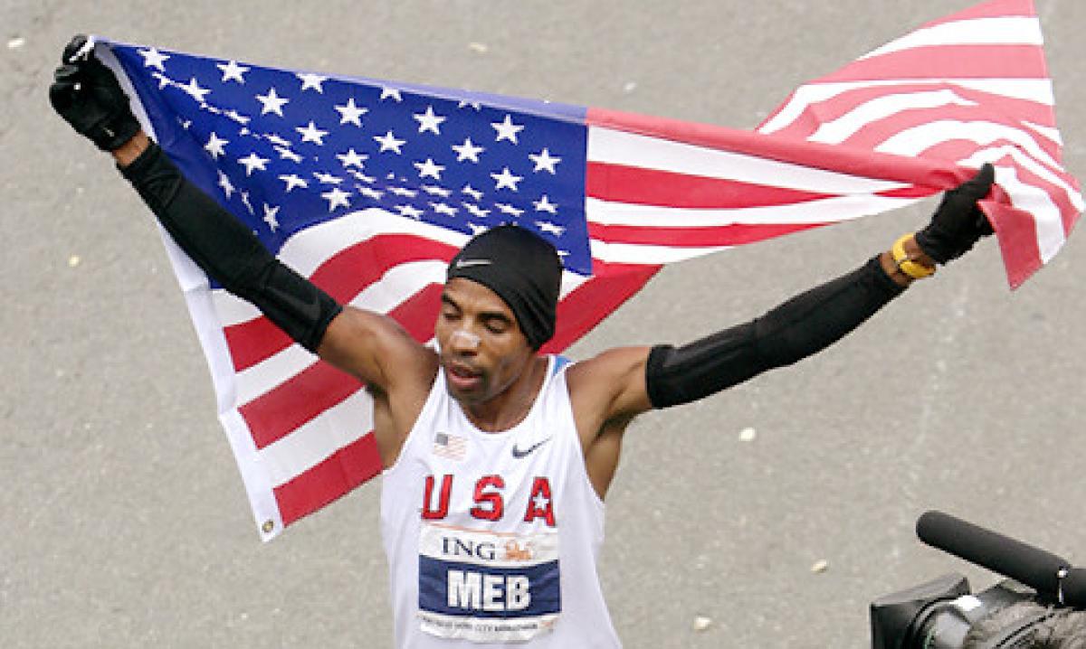 Meb Keflezighi se tornou nesta segunda-feira o primeiro atleta masculino dos EUA a vencer a Maratona de Boston em três décadas, um desempenho emocional em uma cidade que ainda se recupera do ataque a bomba do ano passado