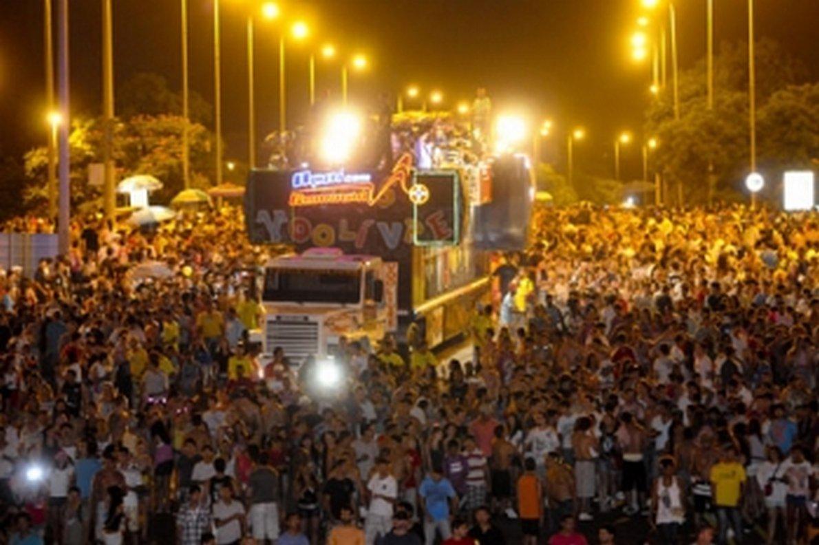Neste domingo, os trios elétricos do Bloco dos Raparigueiros e da Baratona animarão milhares de foliões nas ruas de Brasília e no Gran Folia, ao lado do Museu Nacional; concentração será às 17h, no Eixão Sul, na altura da Quadra 106/206; desfile das escolas de samba começa às 20h, com o Grupo de Acesso; primeira a entrar na Passarela da Alegria é a Gigante da Colina